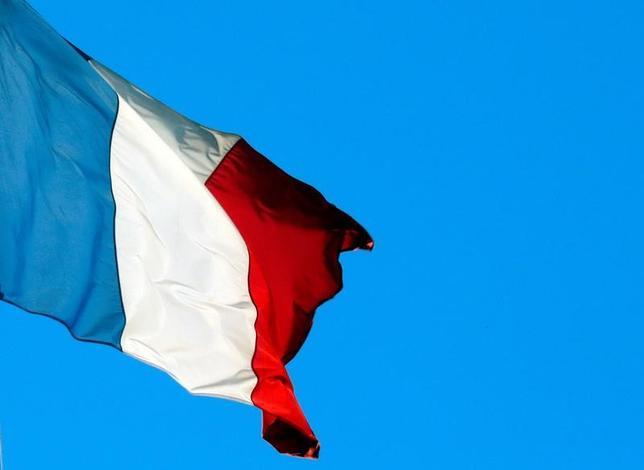 4月1日、フランス大統領選の有力候補、マクロン前経済相は、極右政党・国民戦線(FN)に立ち向かうよう支持者に訴え、同党のルペン党首に治する対決姿勢を鮮明にした。写真はパリで昨年11月撮影(2017年 ロイター/Philippe Wojazer)
