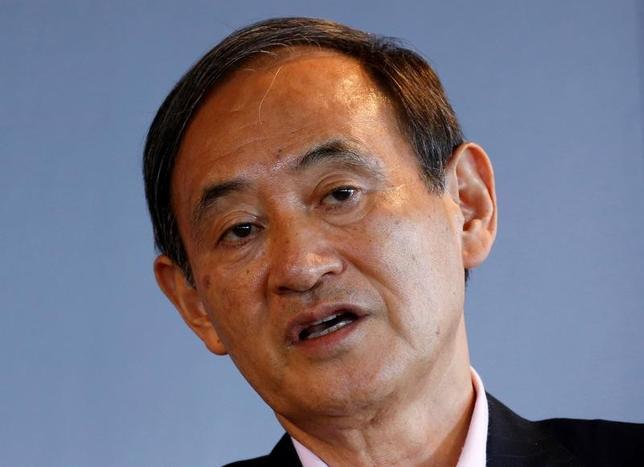 4月3日、菅義偉官房長官(写真)は午前の会見で、トランプ米大統領が貿易赤字の縮小に向け、原因調査と通商規定の乱用国への対策を指示する大統領令に署名したことに関連して、「日米の経済に与える影響などについて引き続き注視したい」と述べた。写真は都内で昨年8月撮影(2017年 ロイター/Kim Kyung-Hoon)