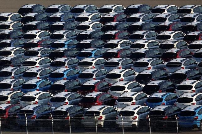 4月3日、2016年度(16年4月―17年3月)の国内新車販売台数(軽自動車を含む)は前年度比2.8%増の507万7904台となり、3年ぶりにプラスとなった。新型車効果が寄与し、登録車(排気量660cc超)が同7.5%増の335万7933台だった。写真は川崎で2016年10月撮影(2017年 ロイター/Kim Kyung Hoon)