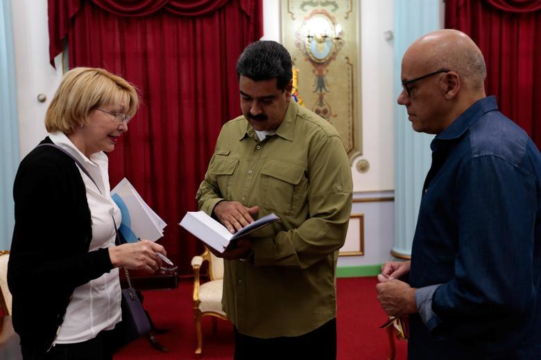 (L-R) Venezuela's chief prosecutor Luisa Ortega Diaz, Venezuela's President Nicolas Maduro and Jorge Rodriguez, mayor of Caracas, attend a meeting at Miraflores Palace in Caracas, Venezuela April 1, 2017. Miraflores Palace/Handout via REUTERS