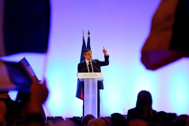 4月3日、フランス大統領選の共和党候補、フィヨン元首相(写真)は、自身が大統領選で勝利した場合、司法制度に介入した疑いでオランド大統領の調査を行うよう議会に命じる考えを示した。3月撮影(2017年 ロイター/Philippe Laurenson)