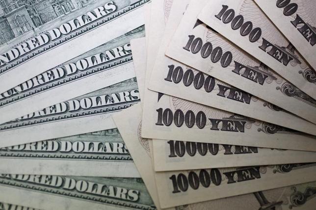 4月4日、正午のドル/円は、先日ニューヨーク市場午後5時時点と比べ、ドル安/円高の110.66/68円。円買い圧力が強まり110円半ばまで下落する場面があったが、同水準では下げ渋った。写真は都内で2010年9月撮影(2017年 ロイター/Yuriko Nakao)
