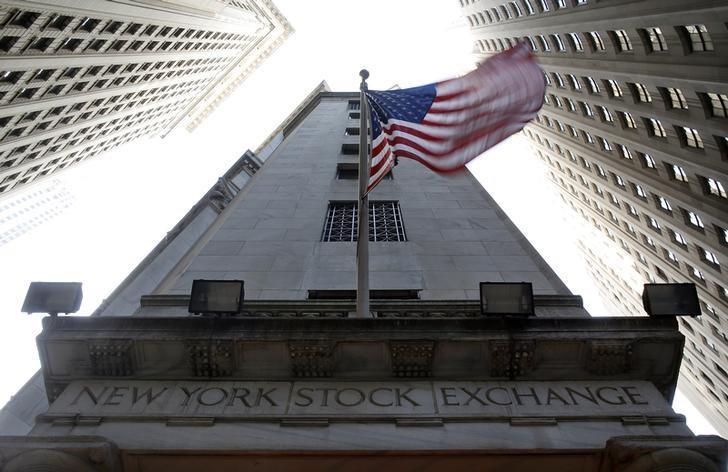 资料图片:2012年11月,美国纽约,纽约证交所上方的美国国旗。REUTERS/Chip East