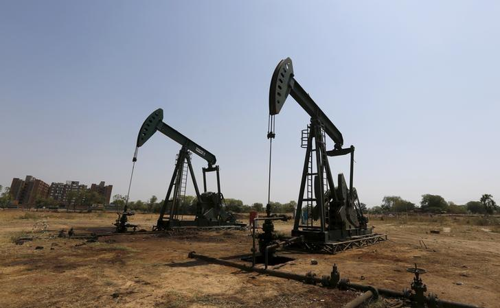 Oil and Natural Gas Corp's (ONGC) wells are pictured in an oil field on the outskirts of Ahmedabad, India, March 16, 2016.  REUTERS/Amit Dave/Files