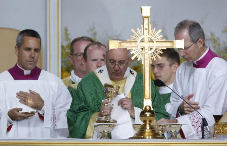 Pope Francis celebrates his final mass of his visit to the United States at the Festival of Families on Benjamin Franklin Parkway in Philadelphia, Pennsylvania September 27, 2015. REUTERS/Jim Bourg