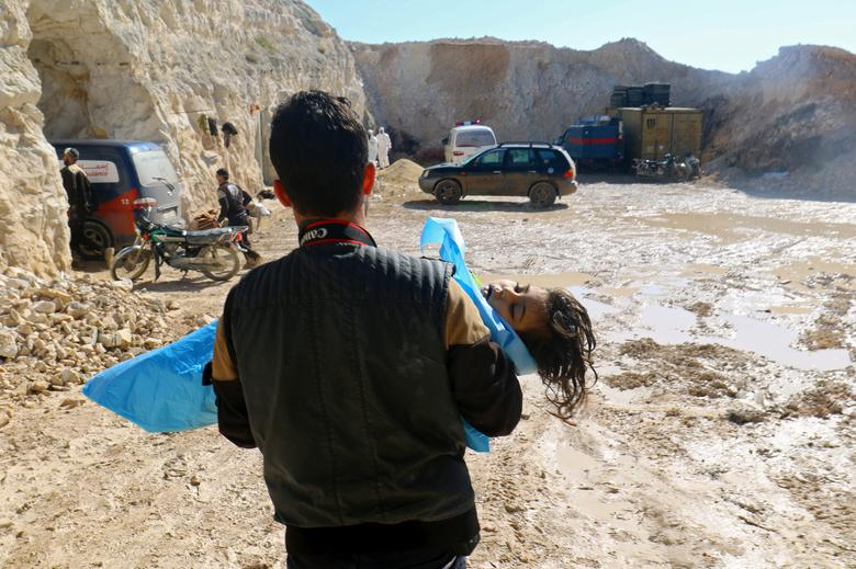 ATTENTION EDITORS - VISUAL COVERAGE OF SCENES OF INJURY OR DEATH A man carries the body of a dead child, after what rescue workers described as a suspected gas attack in the town of Khan Sheikhoun in rebel-held Idlib, Syria April 4, 2017. REUTERS/Ammar Abdullah