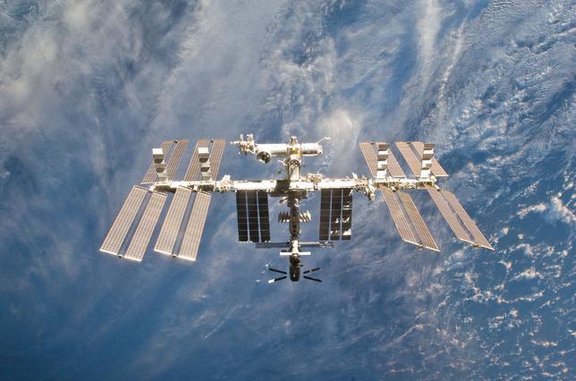 4月4日、ロシア国営宇宙開発企業ロスコスモスのイゴール・コマロフ社長は、現在2024年に運営の終了が計画されている国際宇宙ステーション(ISS)での連携の延長について、パートナーである米国や欧州、日本、カナダと「協議する用意がある」と述べた。写真は2011年3月撮影。NASA提供写真(2017年 ロイター)