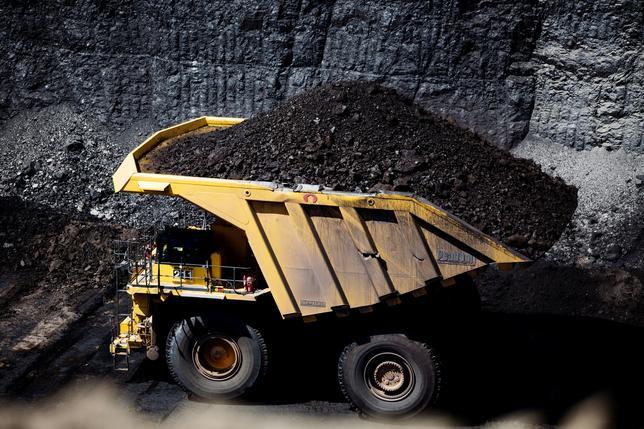 4月4日、地球温暖化対策の新たな国際的枠組み「パリ協定」からの離脱を検討している米トランプ政権に対し、米石炭生産大手は、各社の国際的な利益を守るために離脱を思いとどまるよう政府に働きかけている。写真は石炭を運ぶ運搬トラック。ワイオミング州ジレットで昨年6月撮影(2017年 ロイター/Kristina Barker)