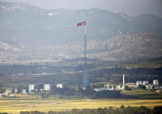 4月5日、中国外務省は、北朝鮮のミサイル発射について、習近平国家主席とトランプ米大統領との会談と関連はないとの認識を示した。写真は北朝鮮の国旗。板門店で2013年9月撮影(2017年 ロイター/Lee Jae Won)