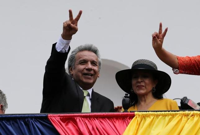 4月4日、2日に行われたエクアドル大統領選挙の決選投票で、選挙管理委員会は4日、左派のレニン・モレノ前副大統領(写真左)が保守派の元銀行家ギジェルモ・ラソ氏に接戦の末、勝利したと発表した。キトで3日撮影(2017年 ロイター/Mariana Bazo)