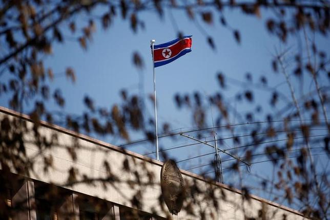 4月5日、米ホワイトハウス当局者は、北朝鮮が同国東岸から日本海に向けて発射した弾道ミサイルは液体燃料を使う「スカッド」だったことを明らかにした。写真は北朝鮮の国旗。北京で3月撮影(2017年 ロイター/Thomas Peter)