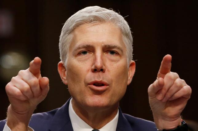 4月5日、米上院は、最高裁判事の人事を巡る審議を打ち切るための採決を米東部時間6日午前11時(1500GMT)に行う。トランプ大統領が最高裁判事に指名した保守派のゴーサッチ連邦高裁判事の人事を巡っては、民主党がフィリバスター(議事妨害)で承認阻止を図っている。写真は上院司法委員会で証言するゴーサッチ氏。ワシントンで3月撮影(2017年 ロイター/Jonathan Ernst)