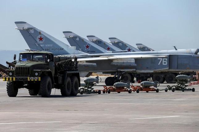 4月6日、米国防総省のデービス報道官は、米軍がシリア空軍基地への攻撃について事前にロシア軍に通知し、ロシア軍が駐留しているとされる場所を攻撃しなかったことを明らかにした。写真はシリアの空軍基地に並ぶロシアの軍用機。昨年6月に撮影。提供写真(2017年 ロイター/Russian Defense Ministry )