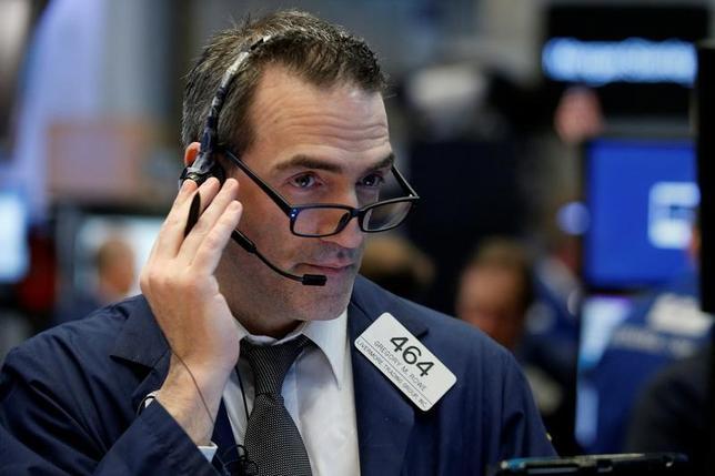4月7日、10日からの週の米株式市場では、企業決算の発表が本格化する中、収益拡大の原動力として海外の景気動向に注目が集まる見通しだ。NY証券取引所で3月撮影(2017年 ロイター/Brendan McDermid)