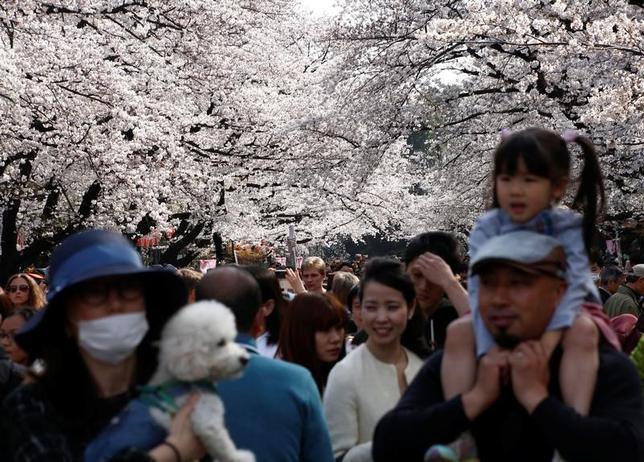 4月10日、内閣府が発表した3月の景気ウオッチャー調査では、景気の現状判断DIが47.4で、前月比1.2ポイント低下した。写真は公園に花見に訪れた人々。都内で5日撮影(2017年 ロイター/Kim Kyung-Hoon)