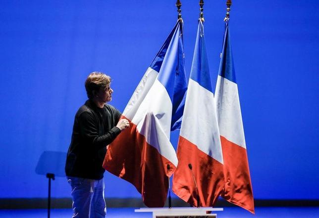 4月10日、米シティグループは、フランス大統領選の基本シナリオを「共和党のフィヨン元首相勝利」から「中道系独立候補のマクロン前経済相勝利」に変更した。写真はリヨンで2月撮影(2017年 ロイター/Robert Pratta)