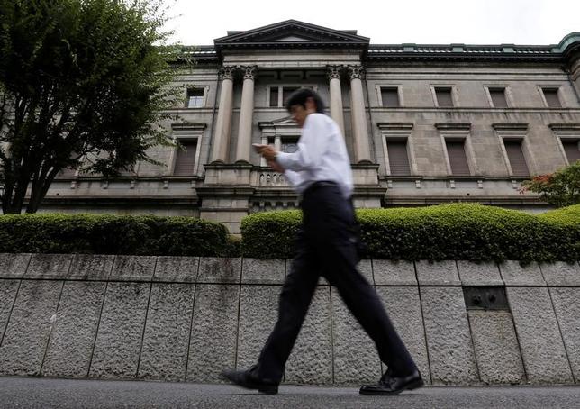 4月10日、日銀の衛藤公洋・大阪支店長(理事)は午後日銀本店で会見し、為替が昨年11月の米大統領選前と比べ円安水準にあるため、「関西経済にはポジティブ」と評価した。写真は都内の日銀本店前で昨年9月撮影(2017年 ロイター/Toru Hanai)