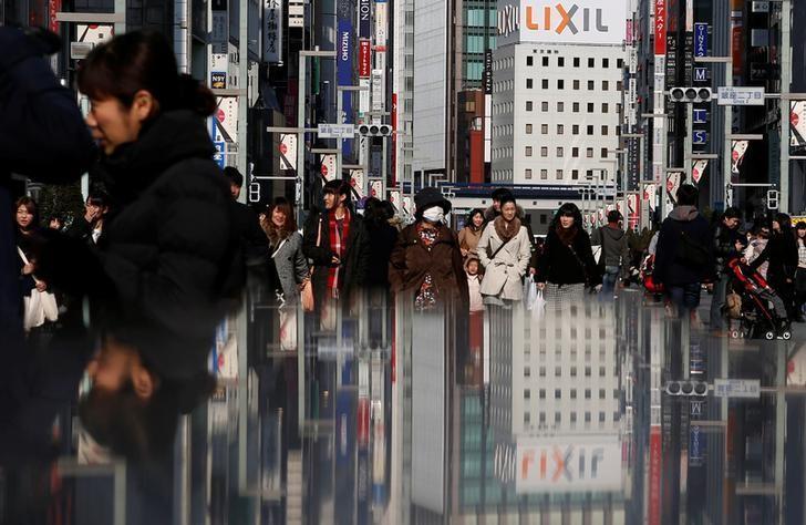 资料图片:2015年2月,东京银座购物街的行人。REUTERS/Yuya Shino