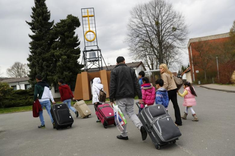 FILE PHOTO: Syrian refugees arrive at the camp for refugees and migrants in Friedland, Germany April 4, 2016. REUTERS/Kai Pfaffenbach