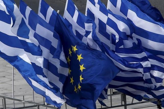 4月10日、ギリシャと欧州連合(EU)・国際通貨基金(IMF)で構成される調査団は、支援策の条件である改革審査を巡る協議を今月下旬に再開する見通しであることが関係筋の話で明らかになった。写真は2015年6月、アテネで(2017年 ロイター/Yannis Behrakis)