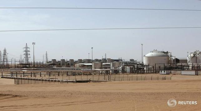 4月11日、アジア時間午前の取引で、原油先物が5週間ぶり高値圏で推移している。米原油先物は6営業日続伸。写真はリビア・シャララ油田。2014年12月撮影(2017年 ロイター/Ismail Zitouny)