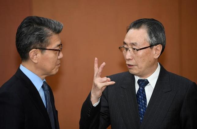 4月10日、中国の武大偉朝鮮半島問題特別代表(右)と韓国外務省のキム・ホンギュン朝鮮半島平和交渉本部長(左)がソウルで会談し、北朝鮮が核実験や大陸間弾道ミサイル(ICBM)の試射を行った場合、強力な制裁措置をとることで合意した。代表撮影(2017年 ロイター)