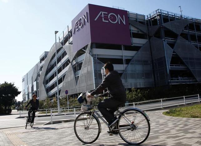 4月11日、イオン は、イオンリテールの約400店舗において、4月中にナショナルブランド(NB)の食品や日用品239品目の値下げを実施することを明らかにした。3月の141品目に続く値下げとなる。写真は千葉にあるイオンのショッピングモール。昨年11月撮影(2017年 ロイター/Kim Kyung-Hoon)