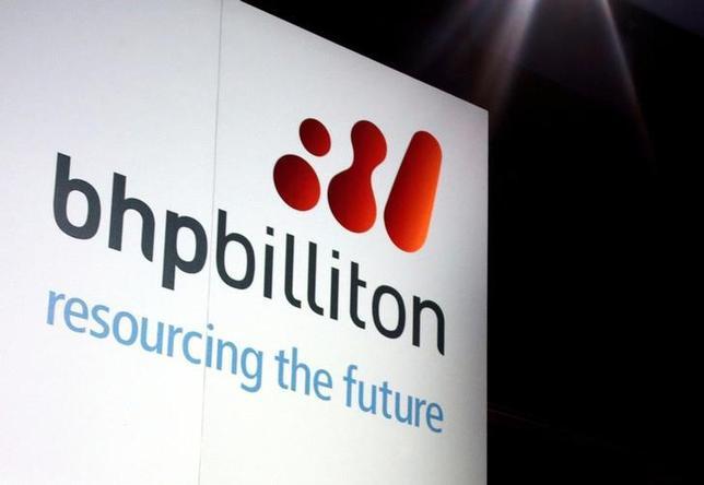 4月10日、ヘッジファンドのエリオット・アドバイザーズが英豪資源大手BHPビリトンに迫った株主価値の向上策には、幾つかの利点がある。写真はBHPビリトンのロゴ。シドニーで2013年8月撮影(2017年 ロイター/David Gray)