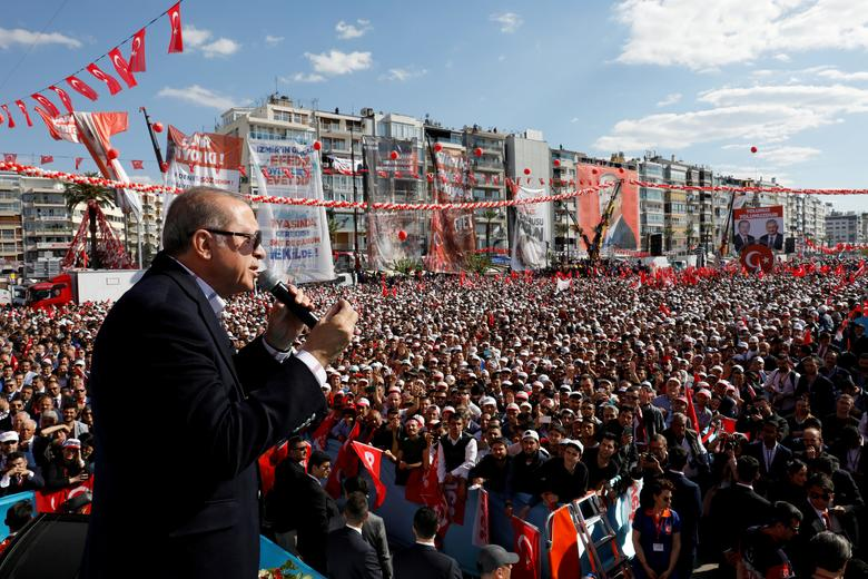 FILE PHOTO: Turkish President Tayyip Erdogan addresses his supporters during a rally for the upcoming referendum, in Izmir, Turkey, April 9, 2017. REUTERS/Umit Bektas/File Photo