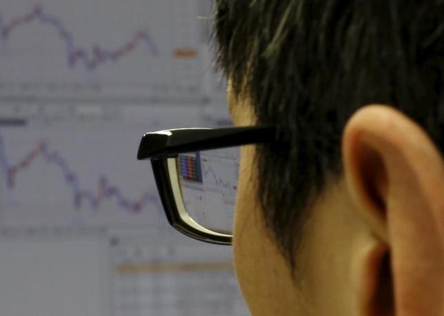 4月12日、寄り付きの東京株式市場で、日経平均株価は前営業日比155円77銭安の1万8592円10銭となり、続落して始まった。2016年2月撮影(2017年 ロイター/Yuya Shino)