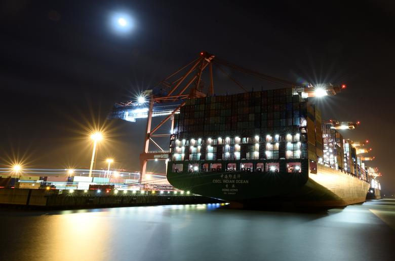 A long-exposure picture shows a container ship, at a loading terminal, in the harbour of Hamburg, Germany April 6, 2017. REUTERS/Fabian Bimmer