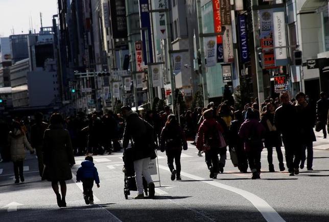 4月12日、政府が開催した経済財政諮問会議で民間議員4名は、医療・介護費が高齢化の伸びを上回って増加していることを踏まえ、都道府県に対し、具体的医療機関名を挙げて病床転換の方針を早急に策定すべきとした。都内で2月撮影(2017年 ロイター/Toru Hanai)