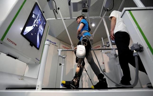 4月12日、トヨタ自動車は脳卒中などで足が不自由な患者が歩行訓練をするためのリハビリテーション支援ロボットのレンタルを9月から開始すると発表した。都内で撮影(2017年 ロイター/Toru Hanai)