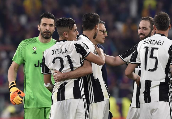 Football Soccer - Juventus v FC Barcelona - UEFA Champions League Quarter Final First Leg - Juventus Stadium, Turin, Italy - 11/4/17 Juventus' Paulo Dybala celebrates after the match with team mates  Reuters / Giorgio Perottino Livepic