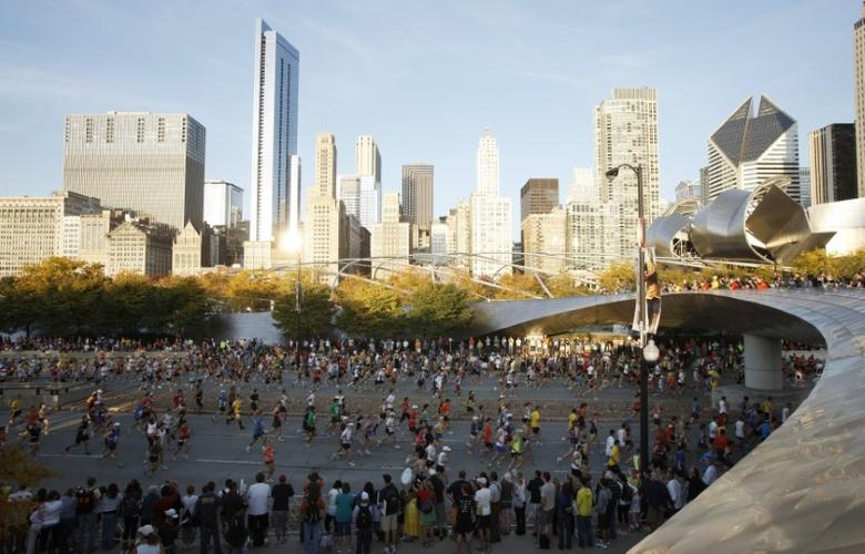Runners participate in the annual Chicago Marathon October 10, 2010. REUTERS/John Gress