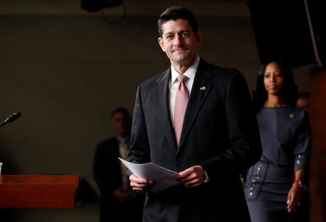 4月12日、ライアン米下院議長を中心に下院共和党がまとめた税制改革案を巡り、ホワイトハウスや上院共和党は対抗案を提示する構えを見せており、下院案を基に法制化を進める可能性が低下している。写真はワシントン米議会議事堂で記者会見に到着したライアン米下院議長。6日撮影(2017年 ロイター/Joshua Roberts)