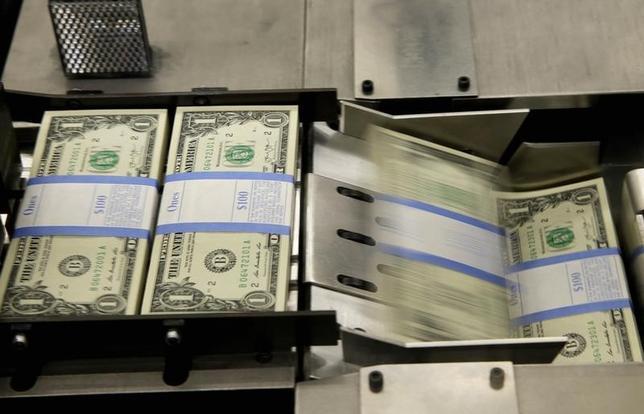 4月13日、正午のドル/円は、前日ニューヨーク市場午後5時時点と比べ、ドル安/円高の108.83/85円だった。地政学リスクへの警戒感がくすぶる中、トランプ米大統領のドル高けん制発言が加わり、ドル/円の上値は重かった。写真はワシントンで2014年11月撮影(2017年 ロイター/Gary Cameron)
