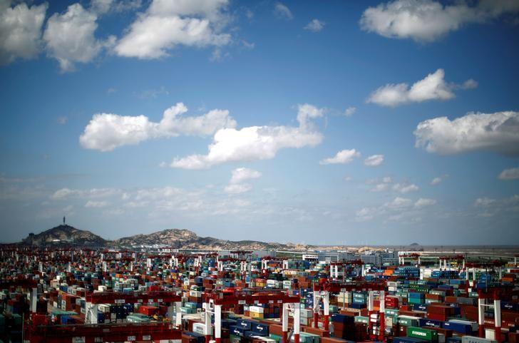 资料图片:2013年9月,上海洋山港的集装箱码头。REUTERS/Carlos Barria