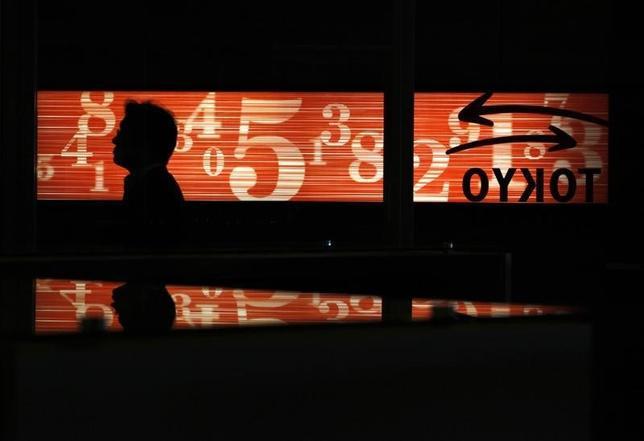 4月13日、東京株式市場で日経平均は3日続落。終値での年初来安値を更新し、昨年12月6日以来の安値で引けた。写真は東京証券取引所で2012年6月撮影(2017年 ロイター/Yuriko Nakao)