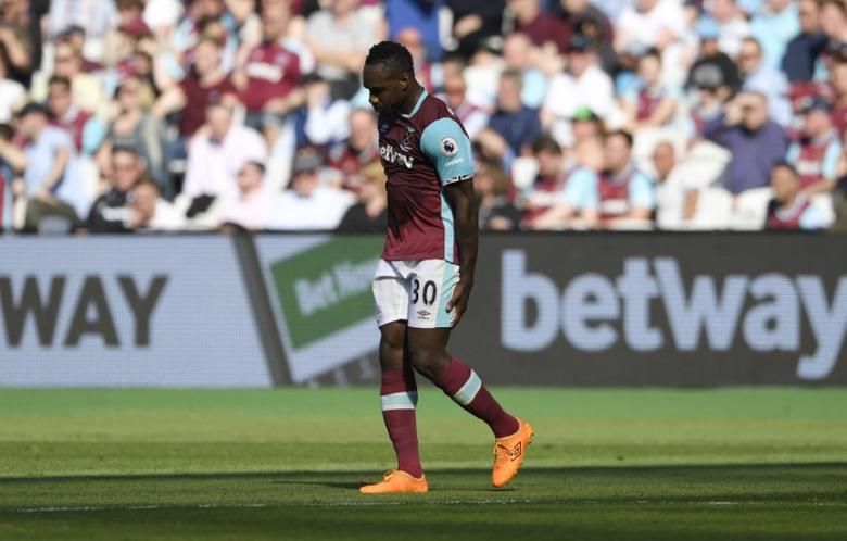 Britain Football Soccer - West Ham United v Swansea City - Premier League - London Stadium - 8/4/17 West Ham United's Michail Antonio leaves the pitch after sustaining an injury  Action Images via Reuters / Tony O'Brien