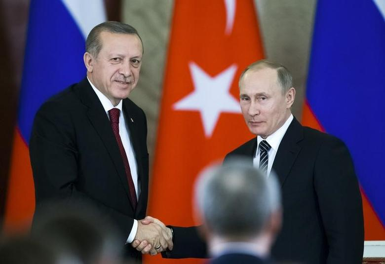Russian President Vladimir Putin (R) shakes hands with his Turkish counterpart Tayyip Erdogan after the talks at the Kremlin in Moscow, Russia, March 10, 2017. REUTERS/Alexander Zemlianichenko/Pool - RTS12BZX