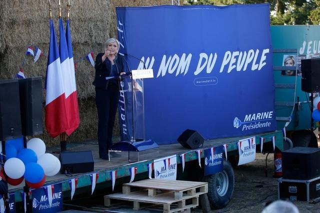 4月13日、フランス大統領選候補である極右政党・国民戦線(FN)のルペン党首(写真)は、自身が大統領に就任すれば、2021年までにフランスの国内総生産(GDP)は2.5%に加速するとの見方を示した。(2017年 ロイター/Stephane Mahe)