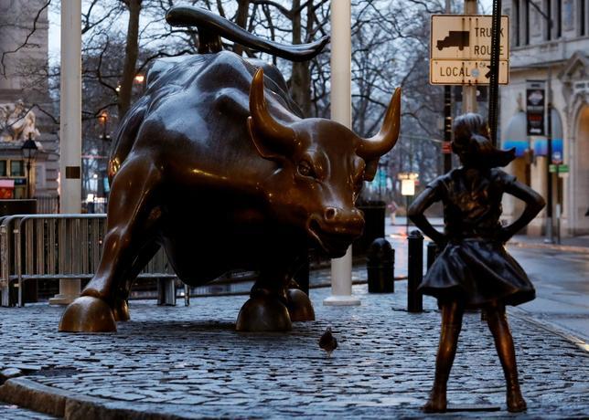 4月12日、米ウォール街の象徴である雄牛の銅像「チャージング・ブル」の前に設置された「恐れ知らずの少女」の像の展示を2018年2月まで延長するとのニューヨーク市の決定に対し、雄牛の製作者アルトゥーロ・ディ・モディカさんが抗議を表明した。少女の像は雄牛像の意味を変質させ、ディ・モディカさんの作品上の法的権利を侵していると訴えた。写真は先月撮影(2017年 ロイター/Brendan McDermid)