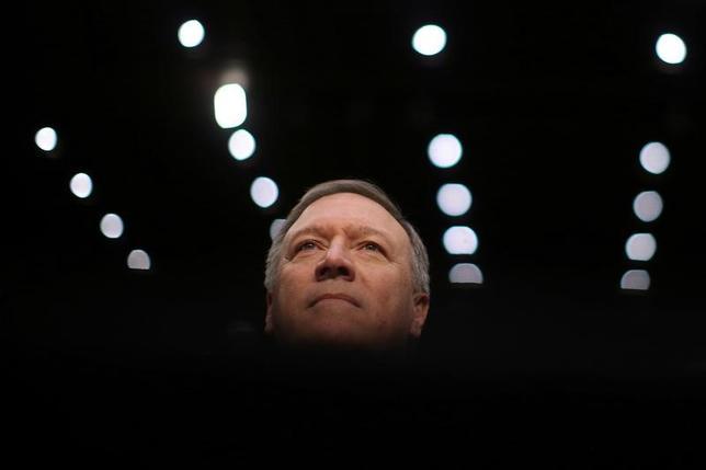 4月13日、米中央情報局(CIA)のポンペオ長官は、北朝鮮は核弾頭を搭載した大陸間弾道ミサイルを手にして米国を脅かす状況に「かつてないほど近づいている」と警告した。写真は1月、米議会議事堂で行われた上院情報委員会の公聴会におけるポンペオ長官(2017年 ロイター/Carlos Barria)