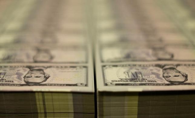 4月14日、正午のドル/円は、ニューヨーク市場午後5時時点に比べ、若干ドル高/円安の109.16/18円。写真はワシントンで2015年3月撮影(2017年 ロイター/Gary Cameron)