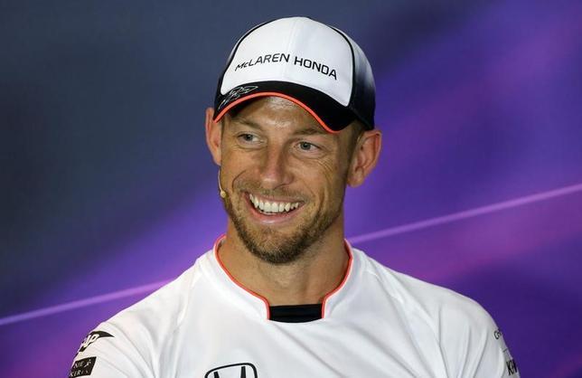 4月14日、自動車レースF1のマクラーレンは、来月行われる今季第6戦、モナコGPにジェンソン・バトン(写真)がフェルナンド・アロンソの代役で出場すると発表した。イタリアのモンツァで2016年9月撮影(2017年 ロイター/Max Rossi)