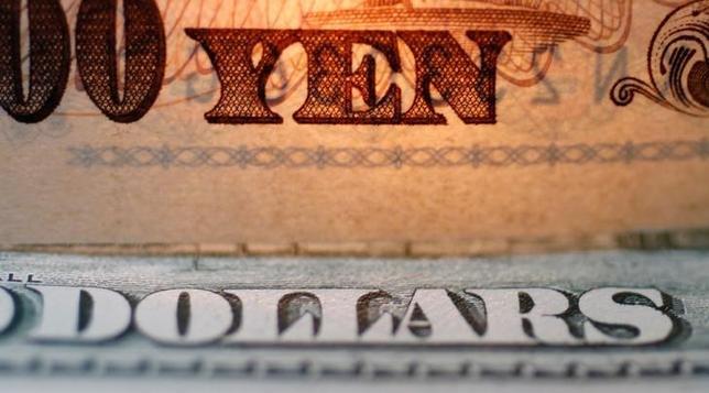 4月17日、今週の外為市場では、投資家がリスク回避的な行動を強める結果、円高バイアスが掛かりやすい。写真は円とドルの紙幣、2010年9月撮影(2017年 ロイター/Yuriko Nakao)