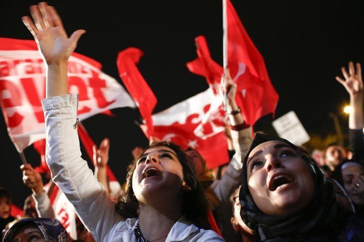2017年4月16日,土耳其伊斯坦布尔,总统埃尔多安的支持者庆祝公投胜利。REUTERS/Murad Sezer