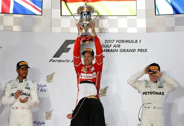 4月16日、自動車レースF1の今季第3戦、バーレーン・グランプリ(GP)は、バーレーンで決勝を行い、セバスチャン・フェテル(写真中央)が2番手ルイス・ハミルトンに6.6秒差をつけ、今季2勝目を挙げた(2017年 ロイター/Hamad IMohammed)