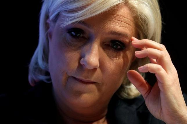 4月15日、欧州議会法務委員会のローラ・フェラーラ副委員長は、フランス大統領選の有力候補の1人、極右政党・国民戦線(FN)のルペン党首によるEU資金の不正流用疑惑で、欧州議員としての免責特権停止を巡る聴聞会を大統領選決選投票の直前に実施する可能性があることを明らかにした。写真は3月パリで撮影(2017年 ロイター/Philippe Wojazer)